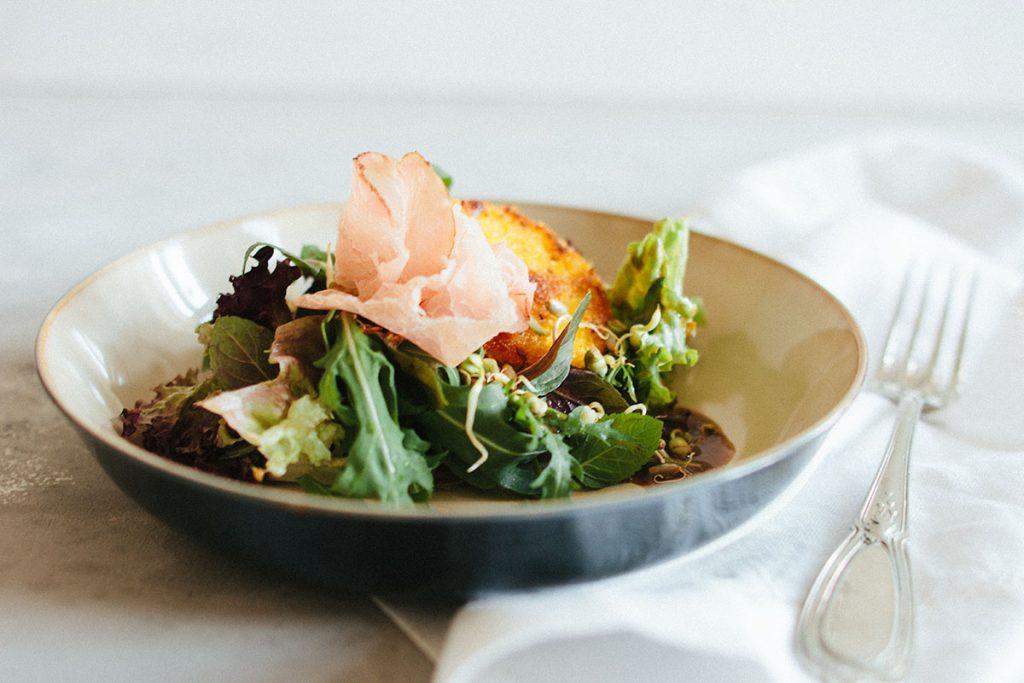 Polenta-Taler mit VULCANO Schinken und Salat