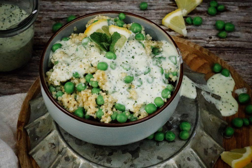 Quinoa-Erbsensalat mit Minzdressing